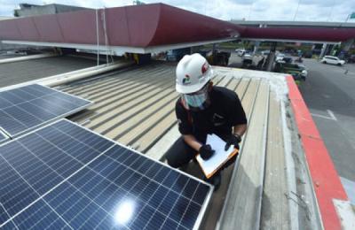 Photo of Komitmen Dorong Transisi Energi, Pertamina Bangun PLTS Atap di 63 SPBU