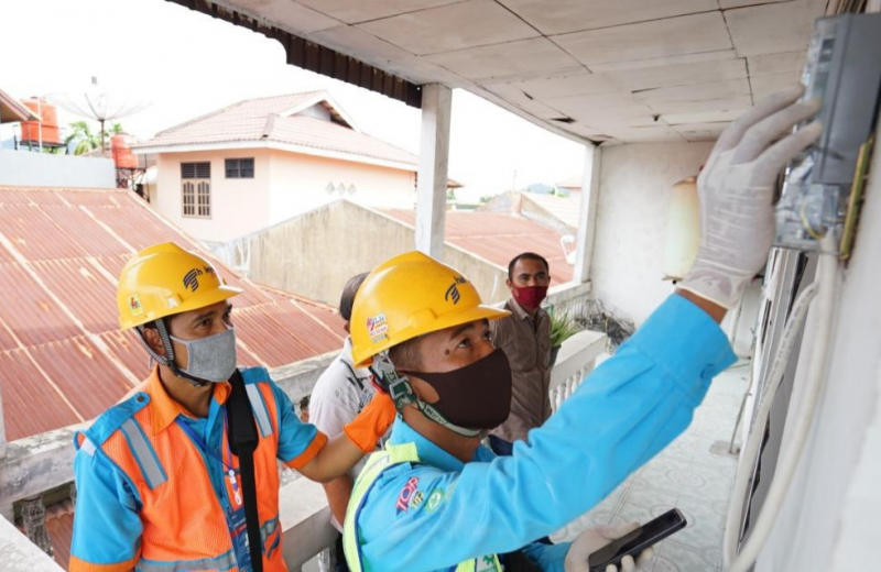 Photo of Selama PSBB, Petugas PLN Tetap Lakukan Catat Meter Ke Rumah Pelanggan
