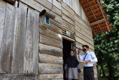 Photo of Tersambung Listrik PLN, 159 Keluarga di Pesisir Barat Lampung Kini Makin Produktif